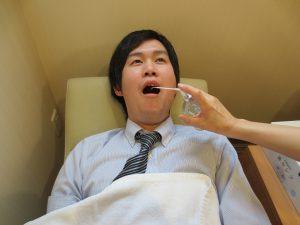 喉にスプレーの麻酔をします。
